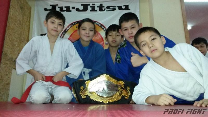 Кайрат Ахметов на тренировке детей Profi Fight1676
