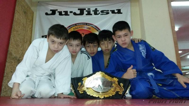 Кайрат Ахметов на тренировке детей Profi Fight1677