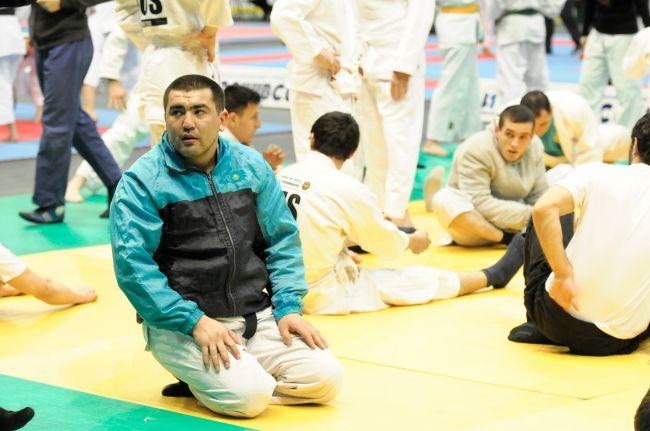 Касимов Чингиз рассматривает своих соперников