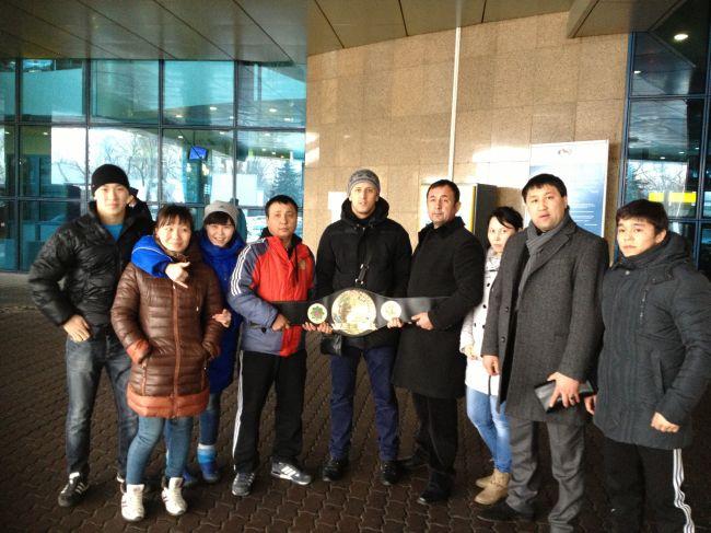 В аэропорту Алматы встреча с близскими.