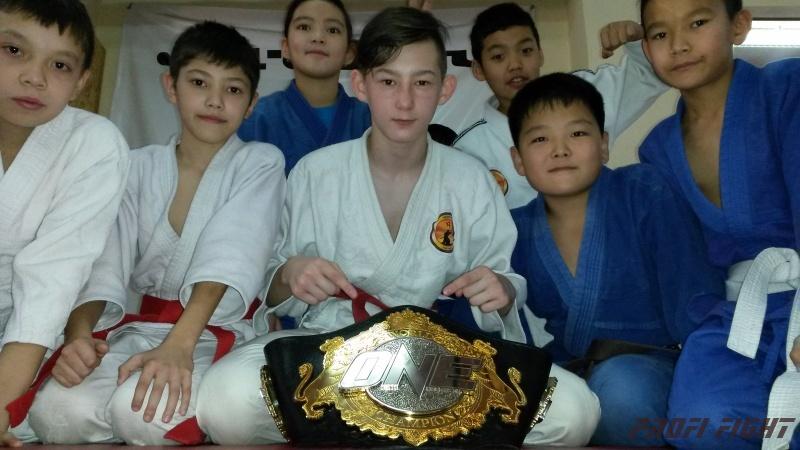 Кайрат Ахметов на тренировке детей Profi Fight1675