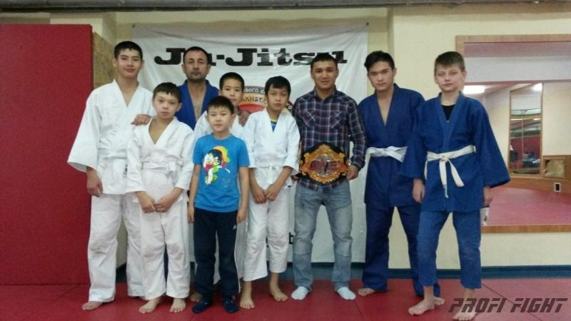Кайрат Ахметов на тренировке детей Profi Fight1669