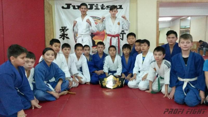 Кайрат Ахметов на тренировке детей Profi Fight1670