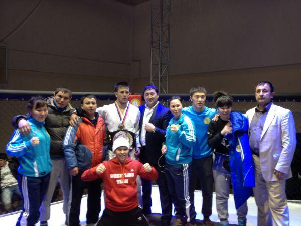 Чемпион МАТБИ Тлеумбетов Нурлан и призёр Ассу Алмабаев с командой
